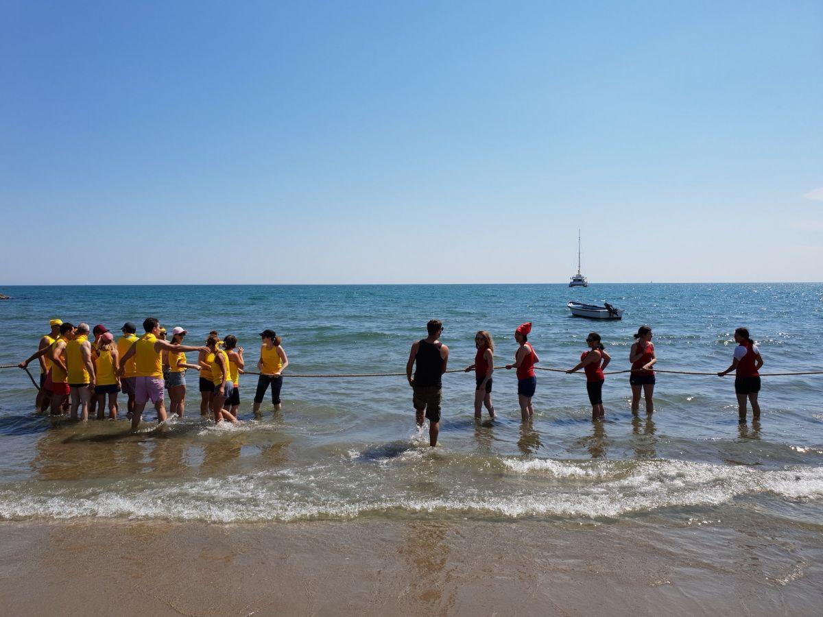 Tir à la corde en mer team building